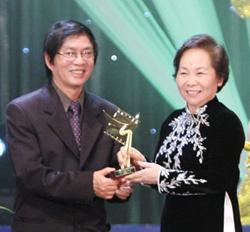 Phó Chủ tịch nước Nguyễn Thị Doan trao giải Cánh diều vàng cho phim truyện nhựa Đừng đốt