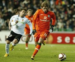 Aaron Hunt (phải, Bremen) đi bóng qua Jordi Alba của Valencia trận lượt đi.