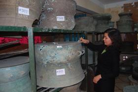 Cán bộ Bảo tàng Hòa Bình thường xuyên kiểm tra hiện vật cất giữ trong kho.
