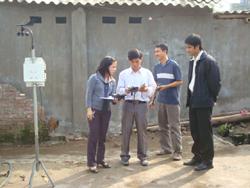 Cán bộ trung tâm đo tác động môi trường tại một số cơ sở sản xuất trên địa bàn phường Hữu Nghị (TP Hoà Bình)
