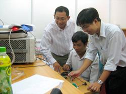 Tiến sĩ Nguyễn Đình Uyên (bìa trái) hướng dẫn các cộng sự tại phòng thí nghiệm ĐH Quốc tế