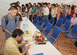 Bạn đọc xếp hàng xin chữ ký nhà văn Nguyễn Nhật Ánh.