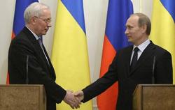 Thủ tướng Nga (phải) và Thủ tướng Ukraina bắt tay trong cuộc họp báo chung tại dinh thự Thủ tướng Nga ở ngoại ô thành phố Matxcơva vào ngày 25/3.