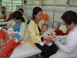Có rất nhiều bệnh nhi nhập viện vì các bệnh do virus mỗi ngày.