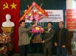 Đ/C Nguyễn Hữu Duyệt, Phó Bí thư Thường trực Tỉnh uỷ tặng hoa chúc mừng tại lễ ra mắt Trung tâm