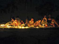 Những người tham gia sự kiện Giờ Trái đất đốt nến tại một công viên ở Singapore hôm 27-3.