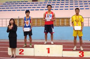Đ/c Hoàng Thị CHiển, GĐ Sở VH-TT&DL trao giải cho các VĐV chạy cự ly 100m nam.