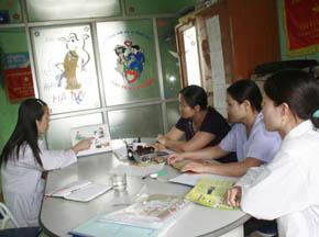 Cán bộ Trạm y tế xã Mông Hóa tuyên truyền kiến thức chăm sóc SKSS cho chị em phụ nữ.