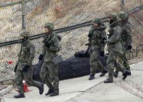 Các binh sĩ Hàn Quốc đi tuần gần khu phi quân sự ở Paju, cách Seoul 55km về phía Bắc.