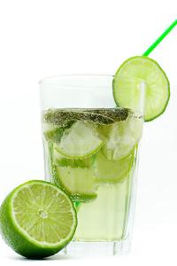 Nước chanh có thể giải rượu.