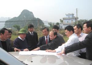 Đồng chí Chủ tịch UBND tỉnh, kiểm tra, đốc thúc việc thực hiện các dự án đầu tư sử dụng nguồn ngân sách Nhà nước tại huyện Lạc Thuỷ.