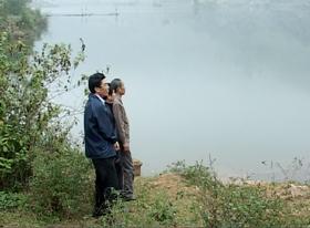 Đoàn công tác của Chi cục thủy lợi kiểm tra trữ lượng nước tại hồ Trọng (Tân Lạc).