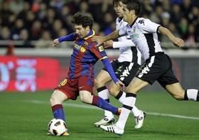 Messi trong vòng vây của các cầu thủ chủ nhà.