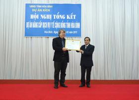 Đồng chí Quách Thế Tản – Nguyên Trưởng Ban dự án trao Bằng khen của UBND tỉnh cho ông Anders Norman – cố vấn trưởng dự án