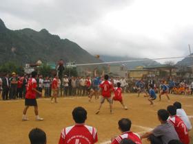 Trận đấu giữa đội xã Tòng Đậu và xã Piềng Vế thu hút đông cổ động viên