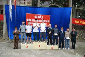 Lãnh đạo LĐLĐ và phòng Văn hóa thông tin huyện trao giải cho các VĐV nhất, nhì, ba cầu lông đôi nam dưới 40.