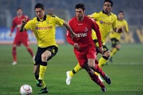 Tiền vệ Lewandowski (bên trái) tranh bóng với một cầu thủ Cologne