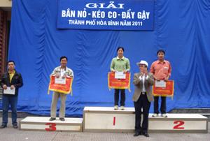 Lãnh đạo UBND TP Hoà Bình trao giải cho các đội.