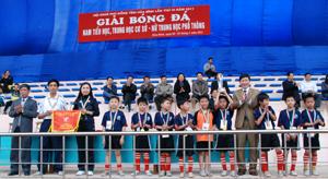 Đồng chí Bùi Văn Cửu, Phó Chủ tịch UBND tỉnh và lãnh đạo Sở GD&ĐT trao cờ và cúp cho đội tuyển bóng đá tểu học Thành phố Hoà Bình.