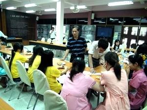 Cán bộ Đại sứ quán Việt Nam tại Thái Lan thăm và động viên các cô gái mang thai hộ ở Trung tâm Kredtrakarn, tỉnh Nonthaburi.
