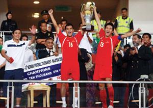 HLV Mai Đức Chung (bìa trái) từng cùng tuyển Olympic VN vô địch Merdeka Cup.