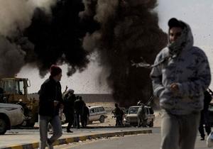Quân nổi dậy tại Libya chạy trốn cuộc không kích của quân chính phủ gần cảng dầu Ras Lanuf.