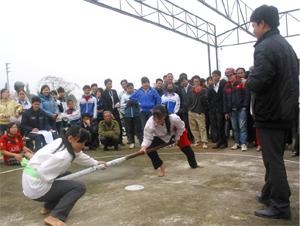 VĐV nữ xã Yên Lạc và xã Lạc Lương tranh tài môn đẩy gậy