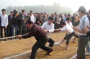 Các VĐV nam kéo co tranh tài tại giải thể thao dân tộc huyện Kim Bôi.