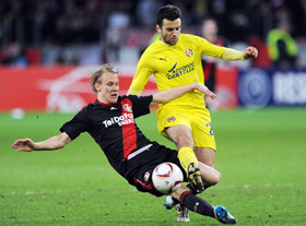 Hậu vệ Domagoj Vida (trái, Leverkusen) truy cản quyết liệt pha đi bóng của tiền đạo Guiseppe Rossi (Villarreal).