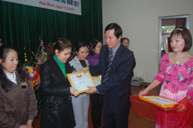 Đồng chí Trương Quý Dương, Giám đốc BVĐK tỉnh trao tặng giấy khen của Công đoàn ngành Y tế cho các tập thể có thành tích xuất sắc năm 2010.