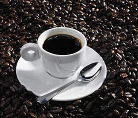 Uống cà phê có tác dụng làm tăng huyết áp nhưng nên uống vào buổi sáng để tránh mất ngủ.