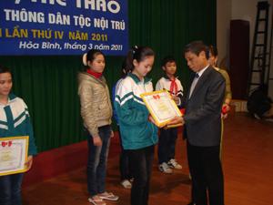 Lãnh đạo sở GD- ĐT trao thưởng cho các em học sinh đạt giải tại hội thi.