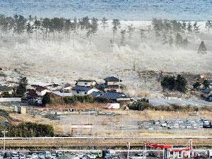 Sóng thần nhấn chìm khu dân cư tại Natori, quận Miyagi ngày 11/3. (Ảnh: THX/TTXVN)