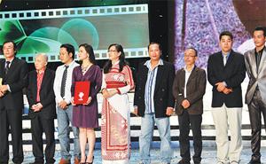 Đoàn làm phim Long Thành cầm giả ca nhận giải Cánh diều vàng - Ảnh: L.V.P.Hưng
