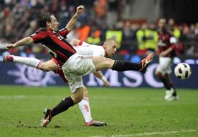Tiền đạo Antonio Cassano (áo sọc đỏ đen) - tác giả bàn thắng ở phút 82 giúp AC Milan tránh được trận thua trước Bari