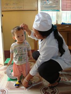 Trạm Y tế xã Hòa Bình (TPHB) quan tâm, chăm sóc sức khỏe cho trẻ dưới 6 tuổi.