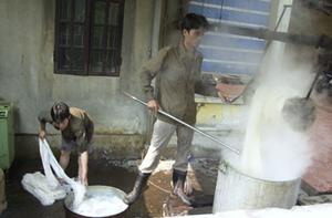 Nhiều cơ sở sản xuất may, dệt, nhuộm... có mức độ ô nhiễm môi trường cao. Ảnh: B.Lâm
