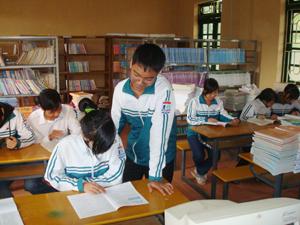 Thư viện huyện Mai Châu thu hút được đông đảo học sinh tới tìm hiểu thông tin.