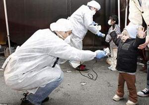 Kiểm tra phóng xạ cho người dân ở tỉnh Fukushima.
