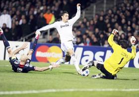 Cristiano Ronaldo (giữa, Real Madrid) uy hiếp khung thành Lyon trận lượt đi