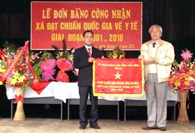 Thừa uỷ quyền  của Chủ tịch UBND tỉnh, lãnh đạo huyện Cao Phong trao cờ thi đua xuất sắc về công tác y tế cho xã Thung Nai.