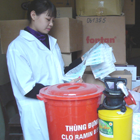 Cán bộ Trung tâm YTDP tỉnh chuẩn bị cơ số thuốc phòng - chống dịch cúm