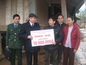 Hội nạn nhân CĐDC/Dioxin tỉnh hỗ trợ 10 triệu đồng cho nạn nhân Bùi Văn Bượng (xóm Ong 2, xã Nam Phong, huyện Cao Phong).