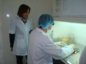 Cán bộ Trung tâm Phòng - chống bệnh xã hội tỉnh xét nghiệm các mẫu bệnh phẩm nhằm phát hiện lao sớm cho người dân trên địa bàn tỉnh.
