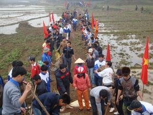 ĐVTN Nhuận Trạch (Lương Sơn) tình nguyện đóng góp ngày công xây dựng cầu.