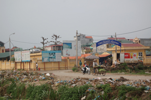 Hơn một tháng nay, rác thải chất đống tại khu vực cổng chợ Nghĩa Phương gây ảnh hưởng đến mỹ quan và môi trường.