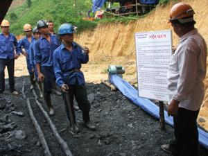 Tại Công ty than Thái Linh, Đồng Môn (Lạc Thuỷ), công nhân được học tập nội quy về VSATLĐ- PCCN trước khi xuống làm việc dưới hầm lò.