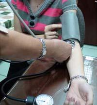 Người bệnh tăng huyết áp cần kiểm soát huyết áp hằng ngày.