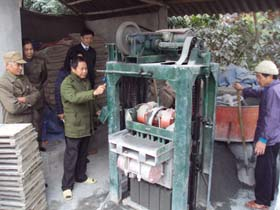 CCB Nguyễn Văn Trường xã Cao Dương (Lương Sơn) giới thiệu quy trình sản xuất gạch bêtông tại cơ sở sản xuất của mình.