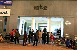 Một số người dân ở một khu chung cư Trung Hòa - Nhân Chính vẫn nán lại ở dưới sân sau khi dư chấn động đất đã xảy ra.